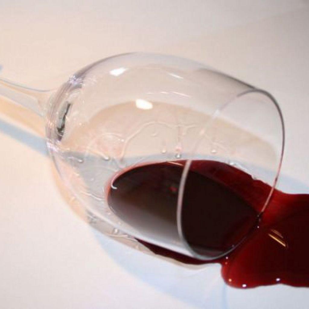 9 способов выведения пятен от красного вина с одежды и мебели