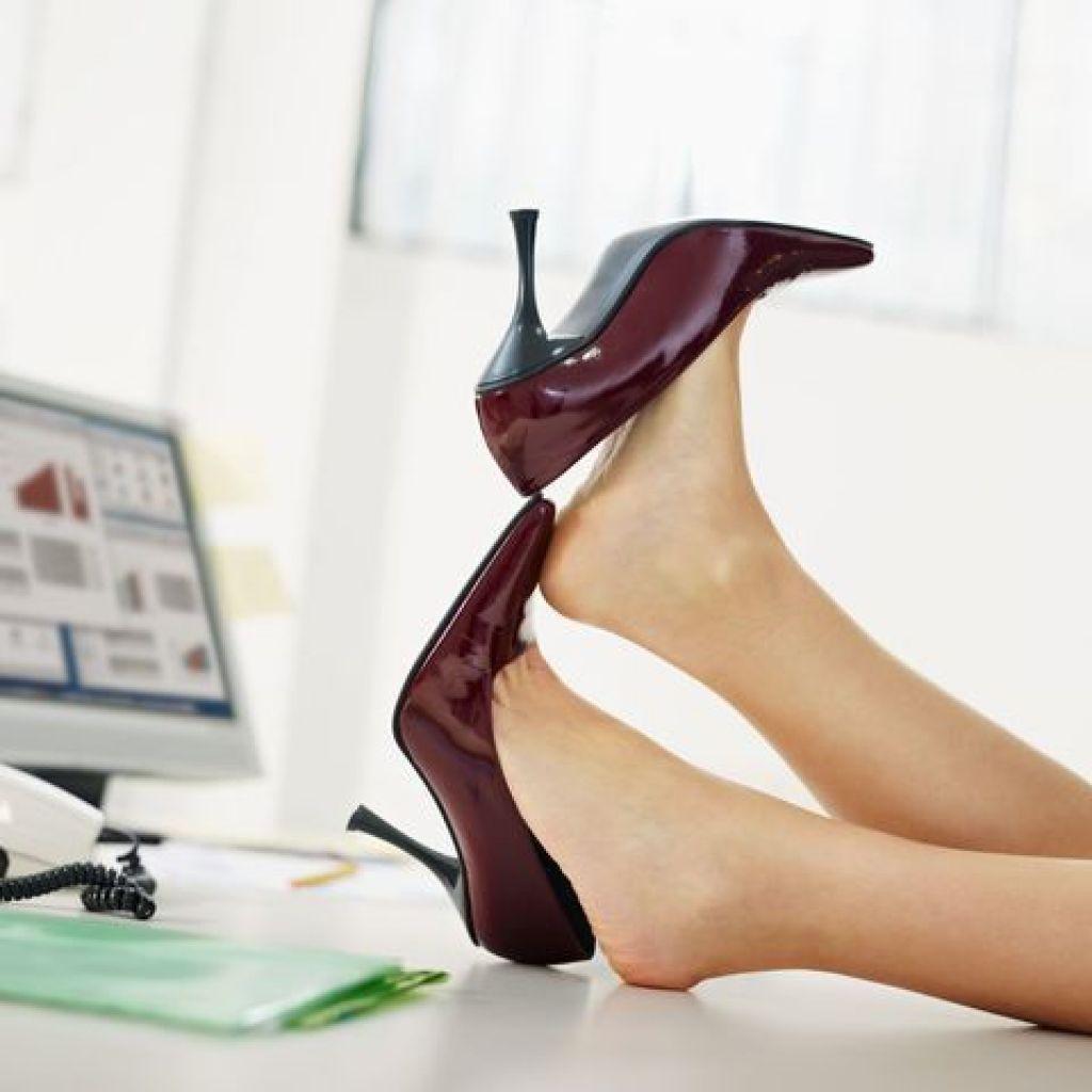 Растягивание лаковых туфель народными средствами