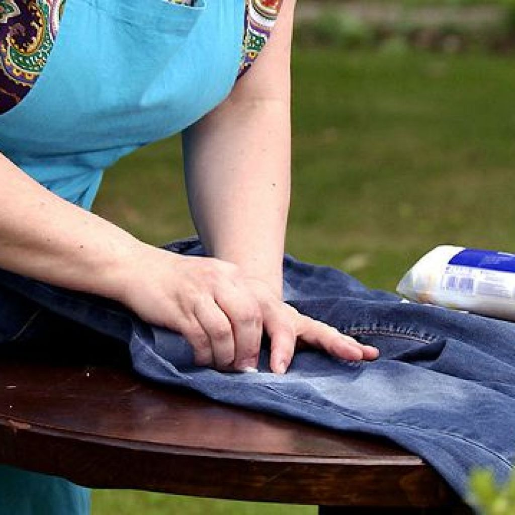 Быстро без следа убираем жвачку с джинсов – легко!
