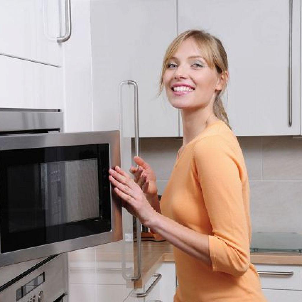Очистить микроволновку быстро и просто – легко!