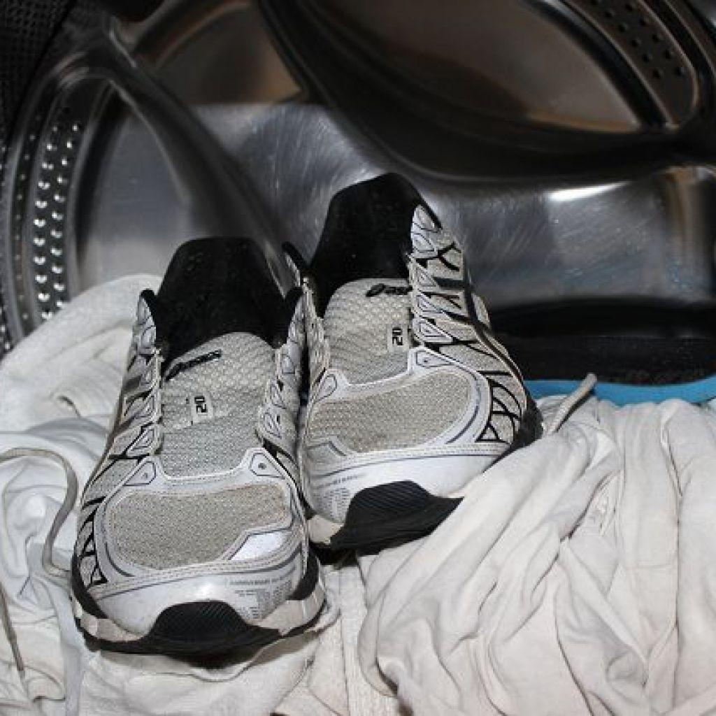 Стирать кроссовки в стиральной машине – осторожно! Опасно!