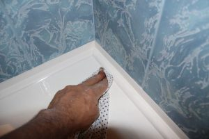Работа с силиконовым герметиком