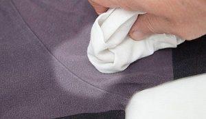 Белое пятно на одежде