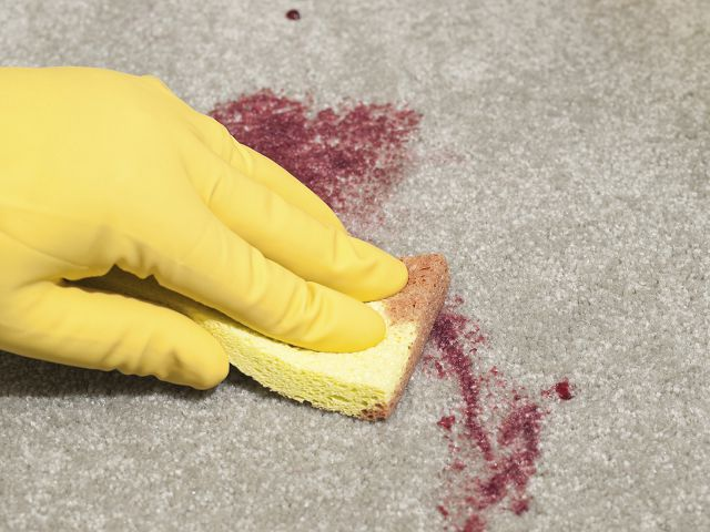 Как очистить диван от пятен крови фото