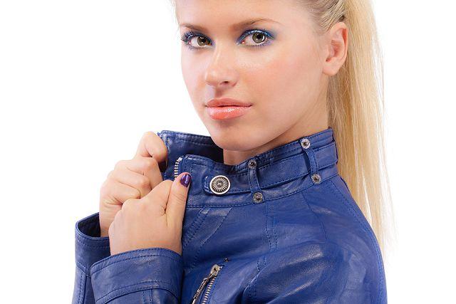 Девушка в куртке из кожзамнителя