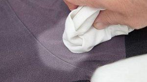 kak ubrat smolu s odezhdy 03 300x168 - Как убрать смолу с одежды в домашних условиях