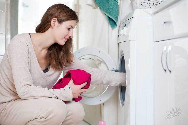 Женщина стирает на машинке