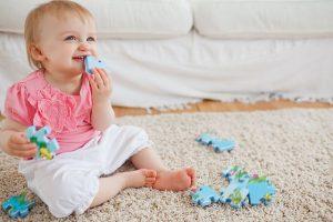 Маленькая девочка на ковре