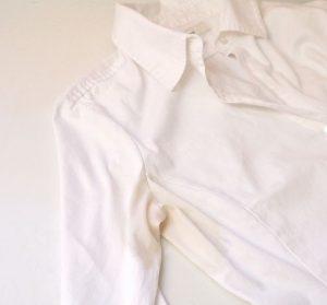 Пятна от пота на белой одежде