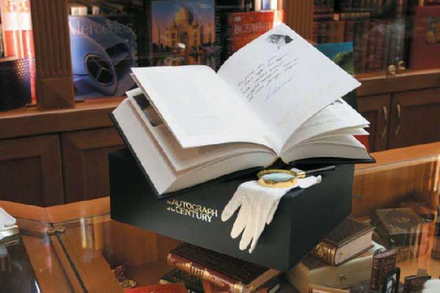 Жирные пятна на книге