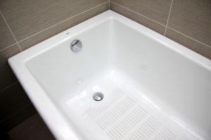 Как очистить чугунную ванну