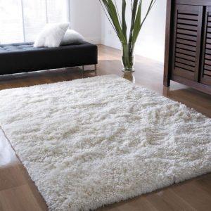 Шерстяной ковер на полу