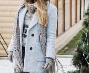 Девушка в светлом пальто