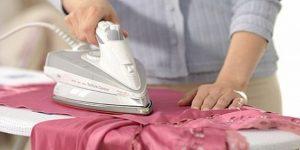 Женщина гладит платье