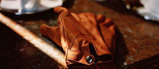 Как разгладить кожаную куртку в домашних условиях, можно ли ее гладить утюгом или отпаривать, как погладить изделие из кожзаменителя и фото